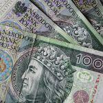 Banknoty stuzłotowe - zdjęcie ilustracyjne