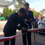 Przecięcia wstęgi dokonują dyrektor Specjalski i burmistrz Orych